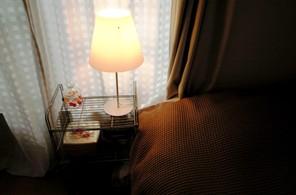 寝室:ベッドサイド