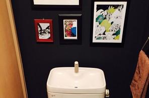 黒壁紙トイレ