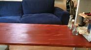 テーブル、ソファ、ギター、コンクリート