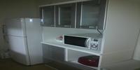 食器棚と冷蔵庫。