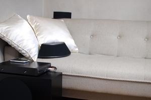 リビングの白いソファーとスピーカー
