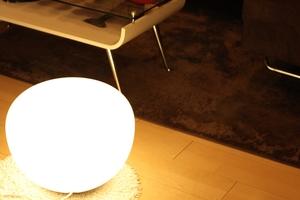 居間のライトとテーブル